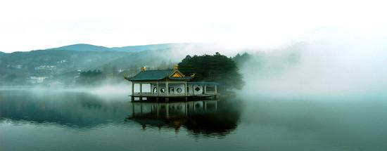 庐山于1996年根据文化遗产遴选标准C(II)(III)(IV)(VI)被列入《世界遗产名录》;   遗产种类文化遗产   2007年首批全国5A级旅游区。   世界遗产委员会评价:江西庐山是中华文明的发扬地之一。这里的佛教和道教庙观,代表理学观念的白鹿洞书院,代表古代高科技建筑的观音桥,以其独特的方式融汇在具有突出价值的自然美之中,形成了具有极高的美学价值,与中华民族精神和文化生活紧密联系的文化景观之一。   庐山又称匡山、匡庐。中国江西省北部名山,位于九江以南,星子县以西。耸峙于长江中下游平原与鄱